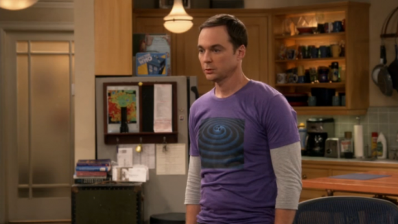 Теория Большого Взрыва (Шелдон Купер - символ управления в футболке со спиралью, в центре которой 3-единство)