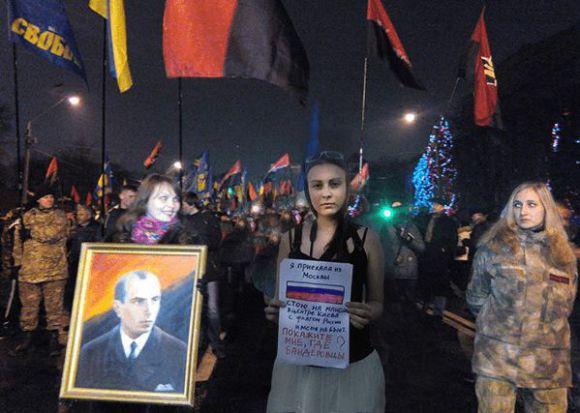 Я приехала из Москвы. Стою на Майдане, с флагом России и меня не бьют. Покажите мне, где бандеровцы?