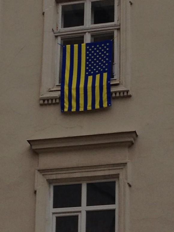 Некоторые львовяне во время американо-украинских военных учений вывесили звёздно-полосатые флаги в украинских жёлто-синих цветах