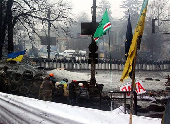 На майдане флаг чеченских террористов и сепаратистов (Ичкерия), воевавших против российской армии