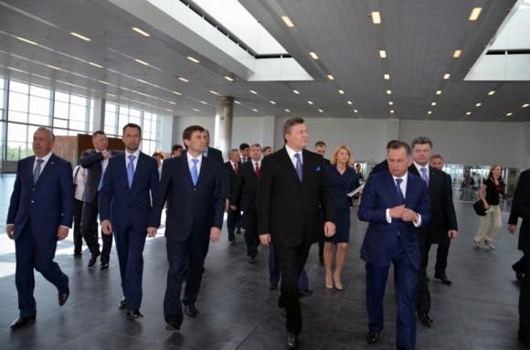 Янукович и Порошенко на открытии нового терминала Донецкого аэропорта в 2012 году. На январь 2015 года аэропорт полностью разрушен в результате боевых действий армии киевско-американской хунты при президенте Порошенко против армии ополчения, не признавшего хунту.