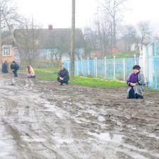 На Волыни на коленях в грязи встречают убитого под Мариуполем карателя