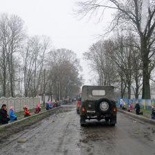 На Волыни дети на коленях в грязи встречают убитого под Мариуполем карателя