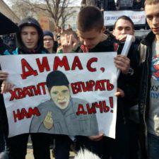 Лозунги украинско-американских фашистов на футболках малолетних «борцов с коррупцией»