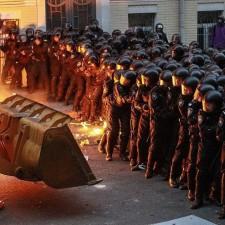 «Мирные демонстранты» угрожают трактором «Беркуту»