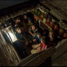 Укранские дети прячутся в погребе от обстрелов. Фотография сделана итальянским журналистом, позже погибшим от обстрелов военных украинской хунты.