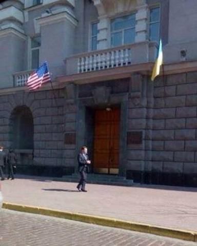Флаг США на здании Службы Безопасности Украины (апрель 2014г.)