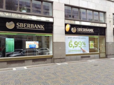 Реклама ипотеки и кредита в Чехии (ипотека от 2,26%, в левой части картинки)