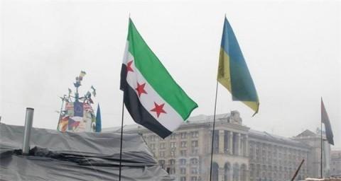 На майдане флаг проамериканских сирийских боевиков, сражающихся против сирийского правительства во главе с Башаром Асадом